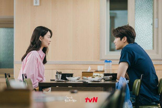 Shin Min Ah vừa chạm môi Kim Seon Ho, Hometown Cha-Cha-Cha đã lập kỷ lục rating - Ảnh 4.