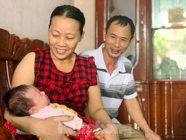 Mất 2 người con trai, vợ chồng hạnh phúc nhận nuôi bé gái bị bỏ rơi trước cổng nhà - Ảnh 1.