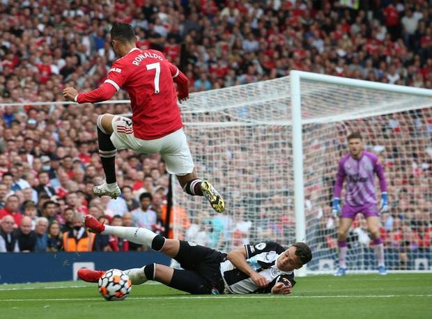 12 năm 124 ngày và sau lưng Ronaldo vẫn là cả biển người Old Trafford - Ảnh 2.
