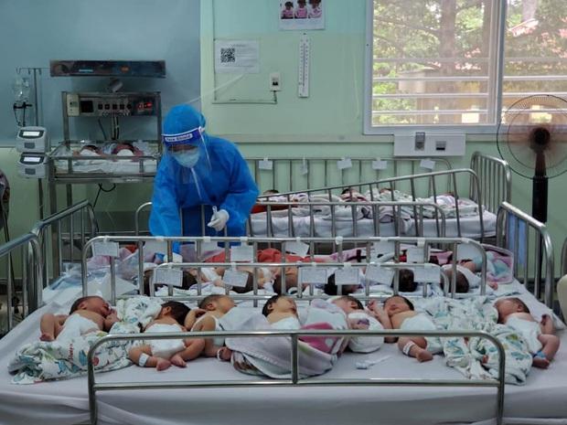 """BV Hùng Vương bác bỏ tin """"hàng trăm em bé sơ sinh có bố mẹ là F0 bị thiếu tã sữa"""": Hình ảnh chụp khi các bé đang chuẩn bị được đưa đi tắm hoặc đi chiếu đèn - Ảnh 1."""
