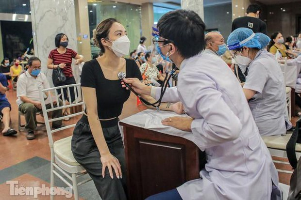 Hà Nội: Hơn 92% người trên 18 tuổi ở Hoàn Kiếm đã được tiêm vắc xin COVID-19 - Ảnh 1.