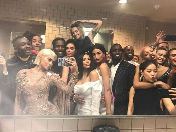 Bất chấp lệnh cấm từ Met Gala, hàng chục nghệ sĩ vẫn nhiệt tình selfie từ năm này qua năm khác - Ảnh 1.