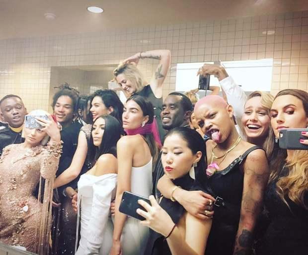 Bất chấp lệnh cấm từ Met Gala, hàng chục nghệ sĩ vẫn nhiệt tình selfie từ năm này qua năm khác - Ảnh 2.