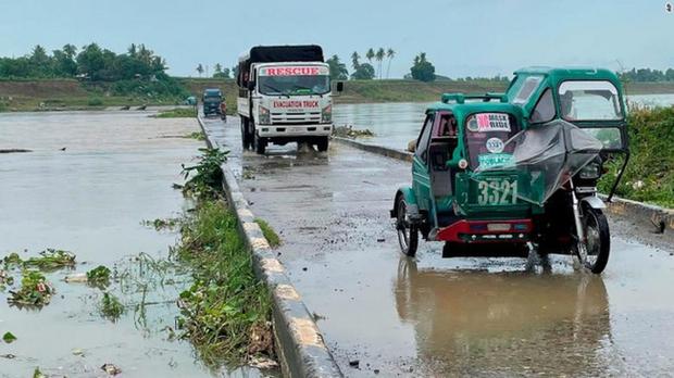 Siêu bão Chanthu đổ bộ Philippines gây mất điện diện rộng, làm hư hại nhiều nhà cửa - Ảnh 1.