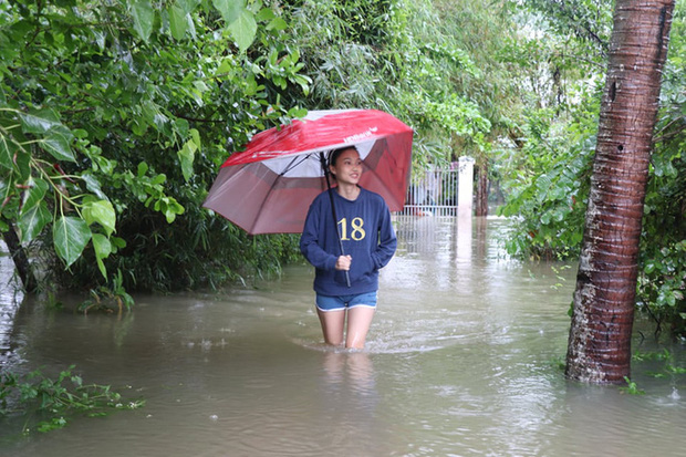 Mưa lớn, Quảng Nam sơ tán hàng ngàn người dân đề phòng sạt lở - Ảnh 6.