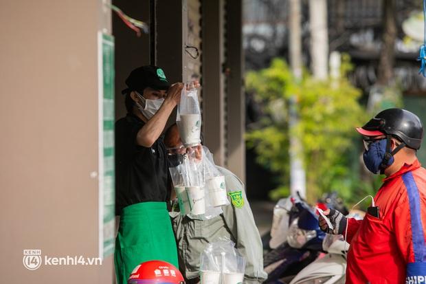 Sài Gòn cho hàng ăn uống mở bán đem về: Chị bán chè sướng run vì bán được 200 ly/ ngày, Như Lan hốt bạc nhờ bán bánh Trung thu - Ảnh 22.