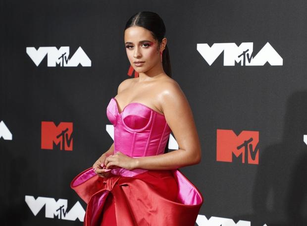 """Siêu thảm đỏ VMAs 2021: Olivia Rodrigo ngực khủng đè bẹp Camila Cabello """"dừ chát"""", Megan Fox mặc như không dẫn đầu dàn mỹ nhân phô da thịt - Ảnh 2."""