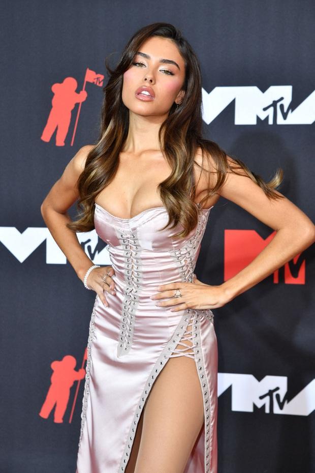 """Siêu thảm đỏ VMAs 2021: Olivia Rodrigo ngực khủng đè bẹp Camila Cabello """"dừ chát"""", Megan Fox mặc như không dẫn đầu dàn mỹ nhân phô da thịt - Ảnh 16."""