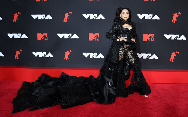 """Siêu thảm đỏ VMAs 2021: Olivia Rodrigo ngực khủng đè bẹp Camila Cabello """"dừ chát"""", Megan Fox mặc như không dẫn đầu dàn mỹ nhân phô da thịt - Ảnh 15."""