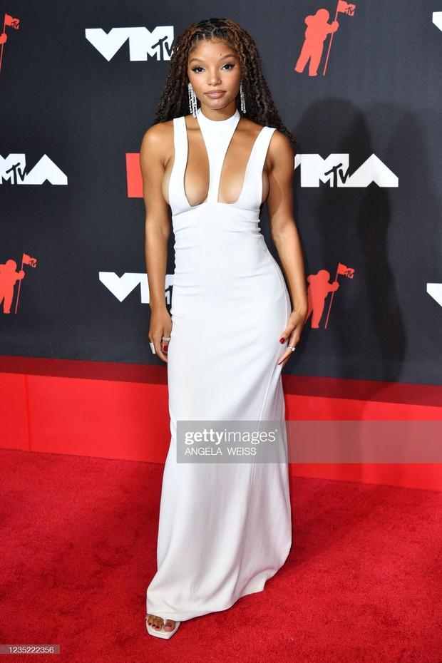 """Siêu thảm đỏ VMAs 2021: Olivia Rodrigo ngực khủng đè bẹp Camila Cabello """"dừ chát"""", Megan Fox mặc như không dẫn đầu dàn mỹ nhân phô da thịt - Ảnh 11."""