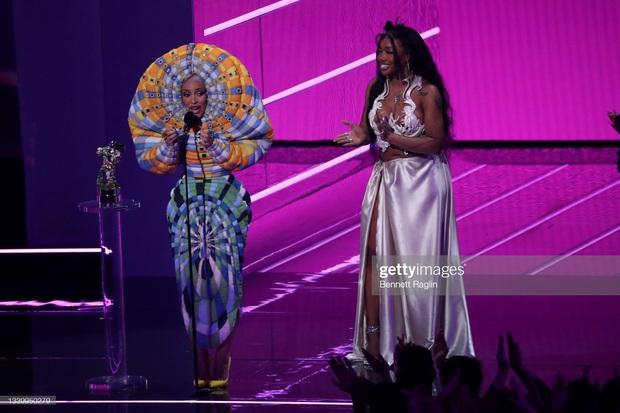 Nữ rapper vô duyên nhất MTV VMAs 2021: Lên đồ lồng lộn cả tiếng đồng hồ, cuối cùng đi trễ thảm đỏ đóng cửa! - Ảnh 7.