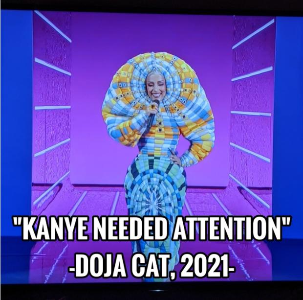 7 khoảnh khắc đáng nhớ nhất VMAs 2021: Shawn Mendes khoe múi, Doja Cat đội ghế lên đầu không bằng huyền thoại 63 tuổi khoe vòng 1 nổ tung - Ảnh 8.