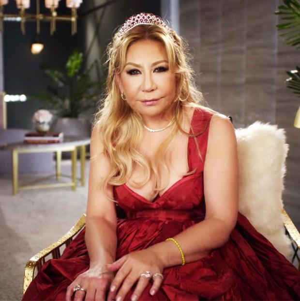 Nữ đại gia 60 tuổi gây sốc khi cởi áo khoe trọn vòng 1 trên show 18+ - Ảnh 1.
