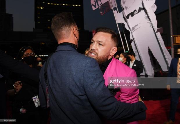SỐC: Bạn trai bom sex Megan Fox bị võ sĩ Conor McGregor hất nước, lao vào đấm ngay trên thảm đỏ MTV VMAs 2021! - Ảnh 4.