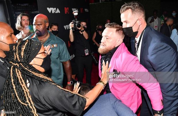 SỐC: Bạn trai bom sex Megan Fox bị võ sĩ Conor McGregor hất nước, lao vào đấm ngay trên thảm đỏ MTV VMAs 2021! - Ảnh 3.
