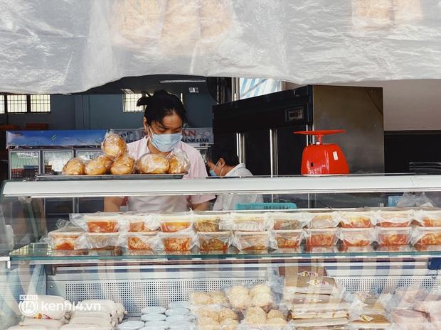 Sài Gòn cho hàng ăn uống mở bán đem về: Chị bán chè sướng run vì bán được 200 ly/ ngày, Như Lan hốt bạc nhờ bán bánh Trung thu - Ảnh 18.