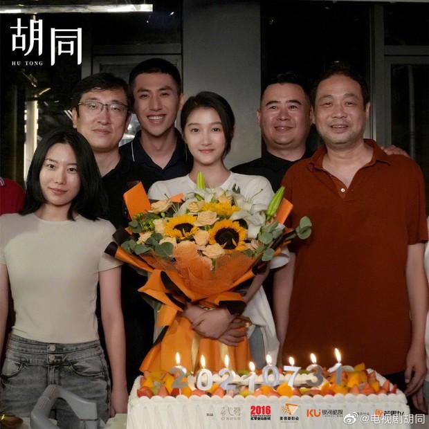 Triệu Lộ Tư nhợt nhạt kém sắc, bị cam thường dìm visual thê thảm cạnh bạn gái Lộc Hàm ở lễ đóng máy phim mới - Ảnh 3.