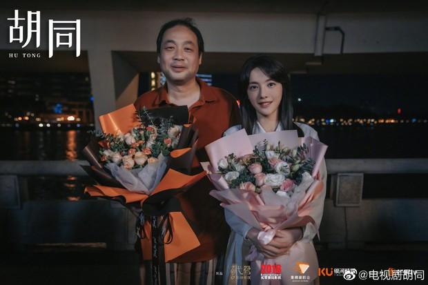 Triệu Lộ Tư nhợt nhạt kém sắc, bị cam thường dìm visual thê thảm cạnh bạn gái Lộc Hàm ở lễ đóng máy phim mới - Ảnh 4.