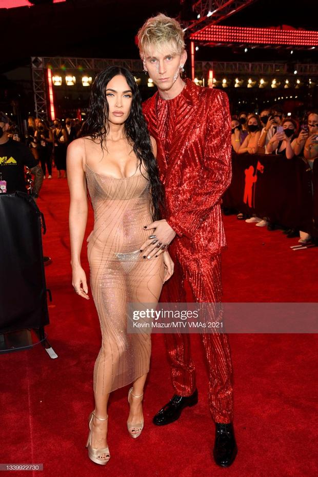 SỐC: Bạn trai bom sex Megan Fox bị võ sĩ Conor McGregor hất nước, lao vào đấm ngay trên thảm đỏ MTV VMAs 2021! - Ảnh 7.