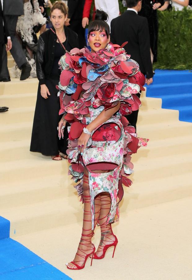 Nữ hoàng thảm đỏ Met Gala: Rihanna - Lady Gaga thi nhau combo độc - dị - lố, choáng nhất là Cardi B phô diễn body với bộ đồ 11 tỷ - Ảnh 6.