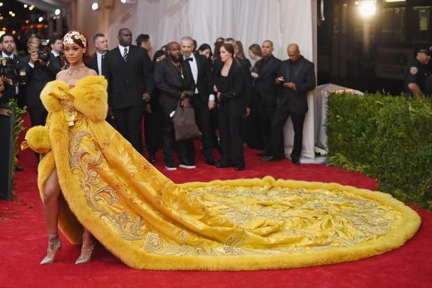 Nữ hoàng thảm đỏ Met Gala: Rihanna - Lady Gaga thi nhau combo độc - dị - lố, choáng nhất là Cardi B phô diễn body với bộ đồ 11 tỷ - Ảnh 8.