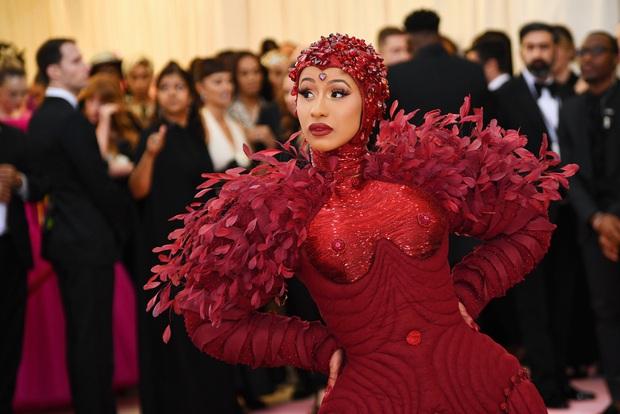 Nữ hoàng thảm đỏ Met Gala: Rihanna - Lady Gaga thi nhau combo độc - dị - lố, choáng nhất là Cardi B phô diễn body với bộ đồ 11 tỷ - Ảnh 20.