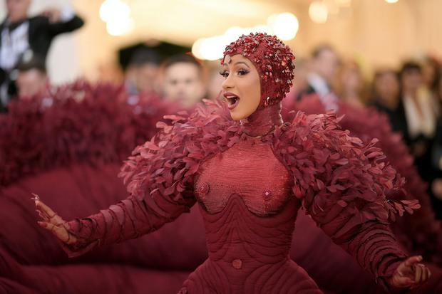 Nữ hoàng thảm đỏ Met Gala: Rihanna - Lady Gaga thi nhau combo độc - dị - lố, choáng nhất là Cardi B phô diễn body với bộ đồ 11 tỷ - Ảnh 21.