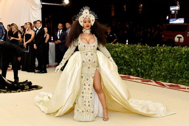 Nữ hoàng thảm đỏ Met Gala: Rihanna - Lady Gaga thi nhau combo độc - dị - lố, choáng nhất là Cardi B phô diễn body với bộ đồ 11 tỷ - Ảnh 17.