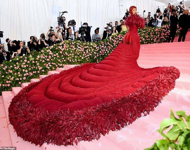 Nữ hoàng thảm đỏ Met Gala: Rihanna - Lady Gaga thi nhau combo độc - dị - lố, choáng nhất là Cardi B phô diễn body với bộ đồ 11 tỷ - Ảnh 22.