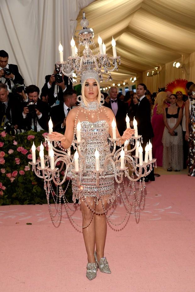 Nữ hoàng thảm đỏ Met Gala: Rihanna - Lady Gaga thi nhau combo độc - dị - lố, choáng nhất là Cardi B phô diễn body với bộ đồ 11 tỷ - Ảnh 23.