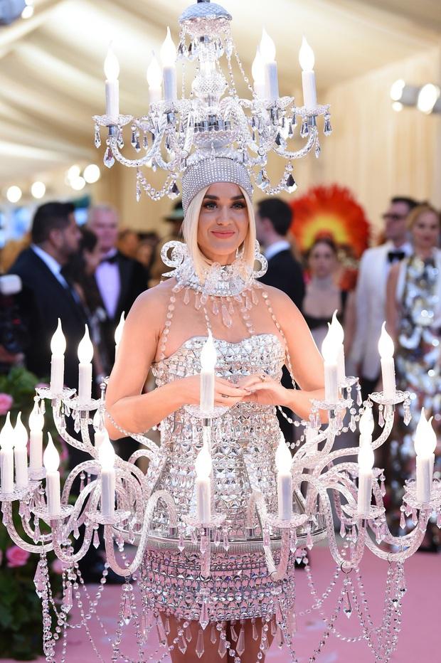 Nữ hoàng thảm đỏ Met Gala: Rihanna - Lady Gaga thi nhau combo độc - dị - lố, choáng nhất là Cardi B phô diễn body với bộ đồ 11 tỷ - Ảnh 24.