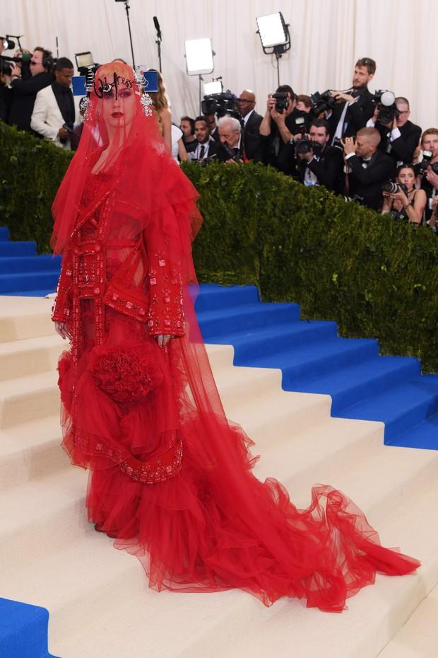 Nữ hoàng thảm đỏ Met Gala: Rihanna - Lady Gaga thi nhau combo độc - dị - lố, choáng nhất là Cardi B phô diễn body với bộ đồ 11 tỷ - Ảnh 30.