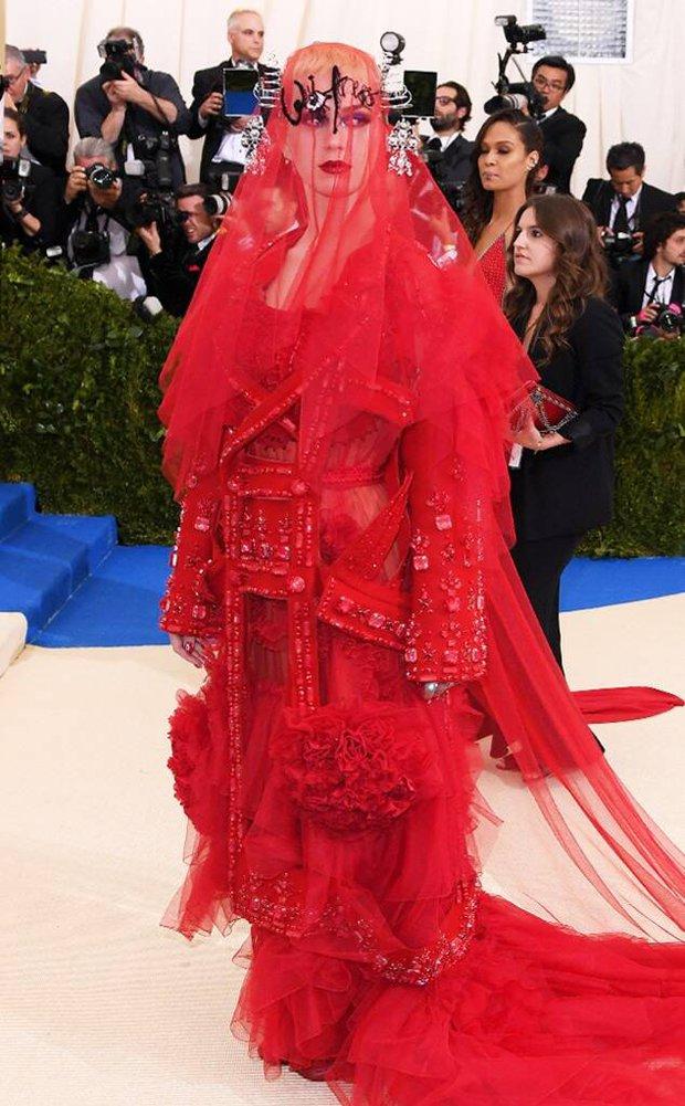 Nữ hoàng thảm đỏ Met Gala: Rihanna - Lady Gaga thi nhau combo độc - dị - lố, choáng nhất là Cardi B phô diễn body với bộ đồ 11 tỷ - Ảnh 29.