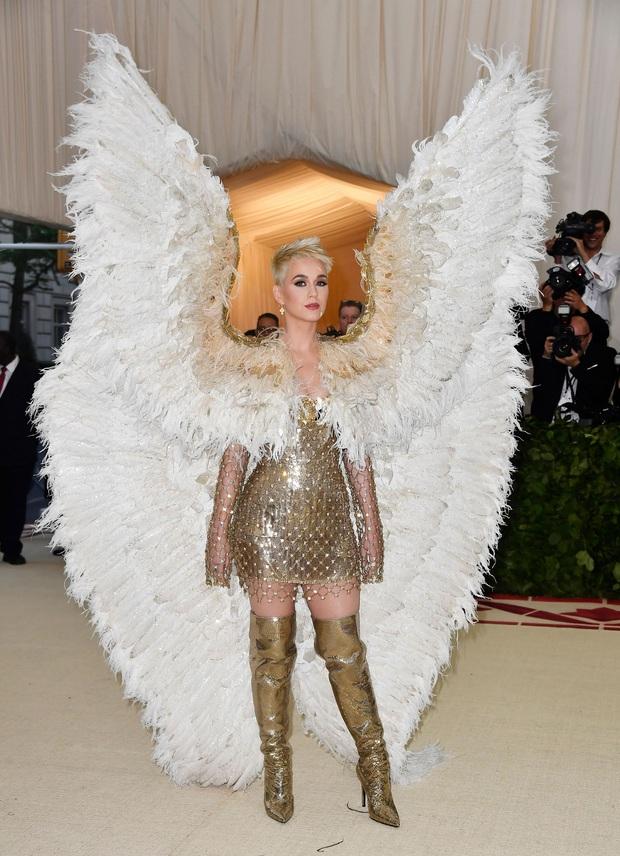 Nữ hoàng thảm đỏ Met Gala: Rihanna - Lady Gaga thi nhau combo độc - dị - lố, choáng nhất là Cardi B phô diễn body với bộ đồ 11 tỷ - Ảnh 28.