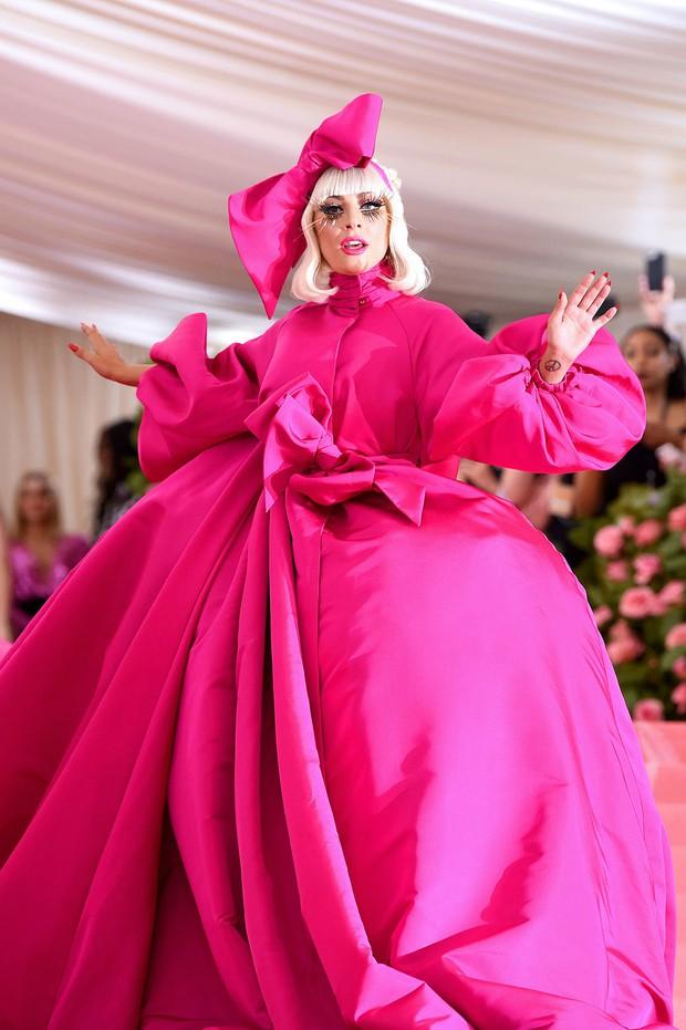 Nữ hoàng thảm đỏ Met Gala: Rihanna - Lady Gaga thi nhau combo độc - dị - lố, choáng nhất là Cardi B phô diễn body với bộ đồ 11 tỷ - Ảnh 34.