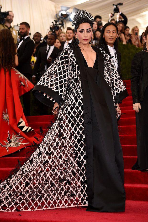 Nữ hoàng thảm đỏ Met Gala: Rihanna - Lady Gaga thi nhau combo độc - dị - lố, choáng nhất là Cardi B phô diễn body với bộ đồ 11 tỷ - Ảnh 37.