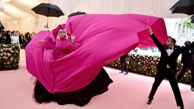 Nữ hoàng thảm đỏ Met Gala: Rihanna - Lady Gaga thi nhau combo độc - dị - lố, choáng nhất là Cardi B phô diễn body với bộ đồ 11 tỷ - Ảnh 35.