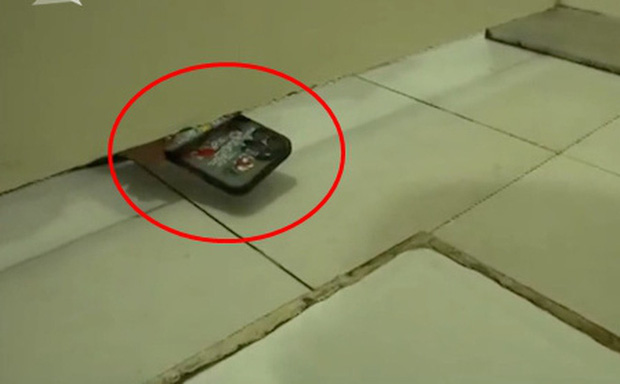 Đang đi vệ sinh, nữ y tá thấy 1 chiếc điện thoại thò vào, choáng váng khi biết danh tính chủ nhân - Ảnh 1.