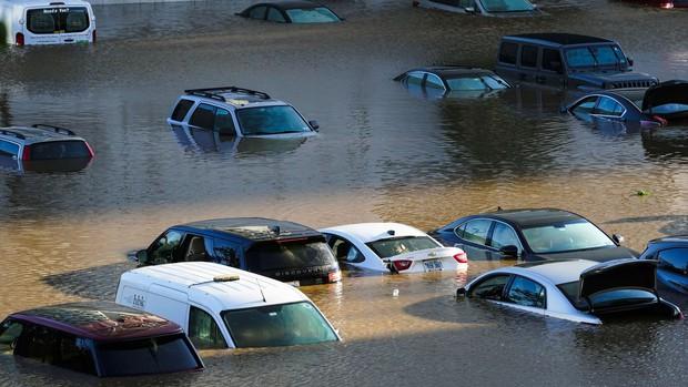 Nhìn lại siêu bão Ida cách đây 2 tuần: Cơn bão lịch sử khiến nước Mỹ lộ ra những cái bẫy chết người - Ảnh 1.