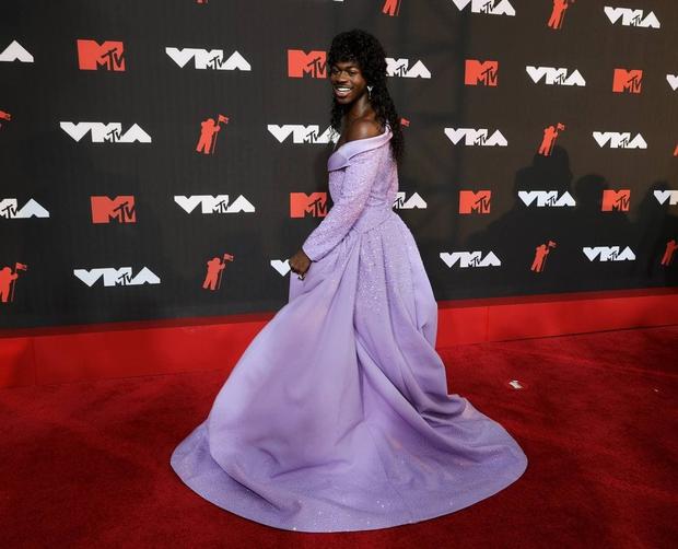 Nam rapper từng kết hợp với BTS mặc váy lồng lộn xuất hiện trên thảm đỏ MTV VMAs, dân tình thắc mắc: Ủa cái bầu đâu rồi? - Ảnh 1.