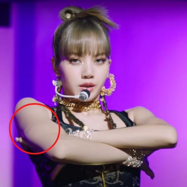 Lisa (BLACKPINK) bị thương trong quá trình chụp ảnh teaser đu dây mạo hiểm, fan soi ra sẹo trên tay nhìn mà xót - Ảnh 6.