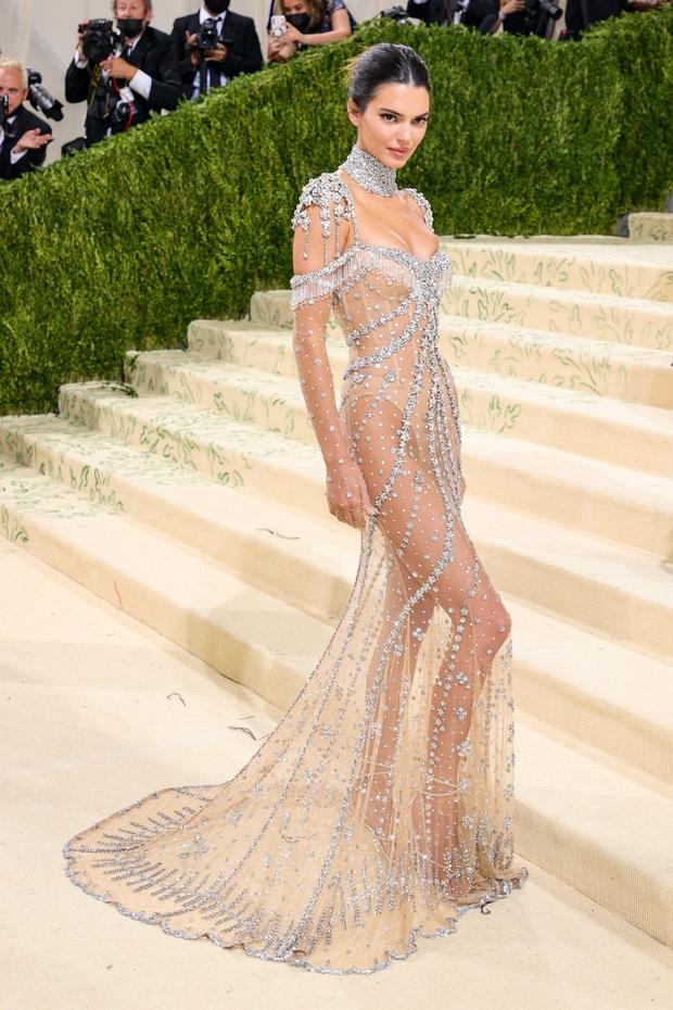 Chị em Kardashian chặt chém Met Gala: Nữ thần Kendall Jenner đẹp nghẹt thở, kéo sang Kim mà phải thốt lên Ối trời ơi! - Ảnh 4.