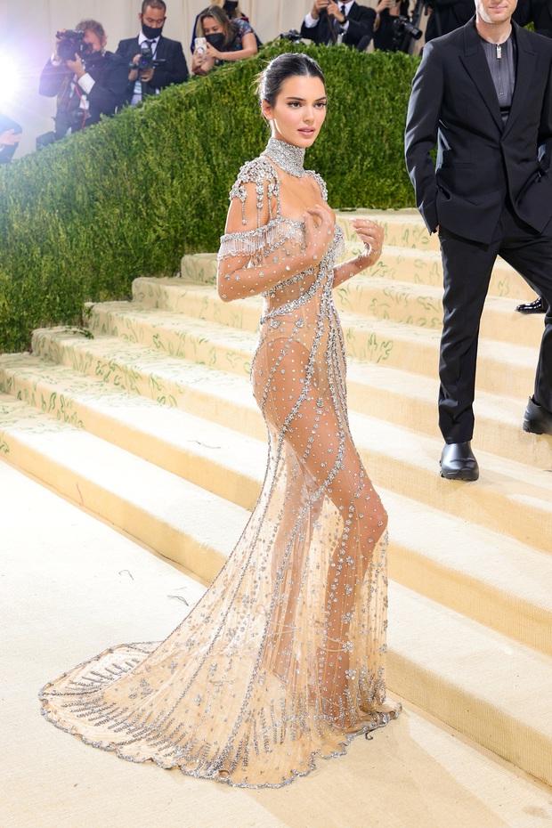 Chị em Kardashian chặt chém Met Gala: Nữ thần Kendall Jenner đẹp nghẹt thở, kéo sang Kim mà phải thốt lên Ối trời ơi! - Ảnh 5.