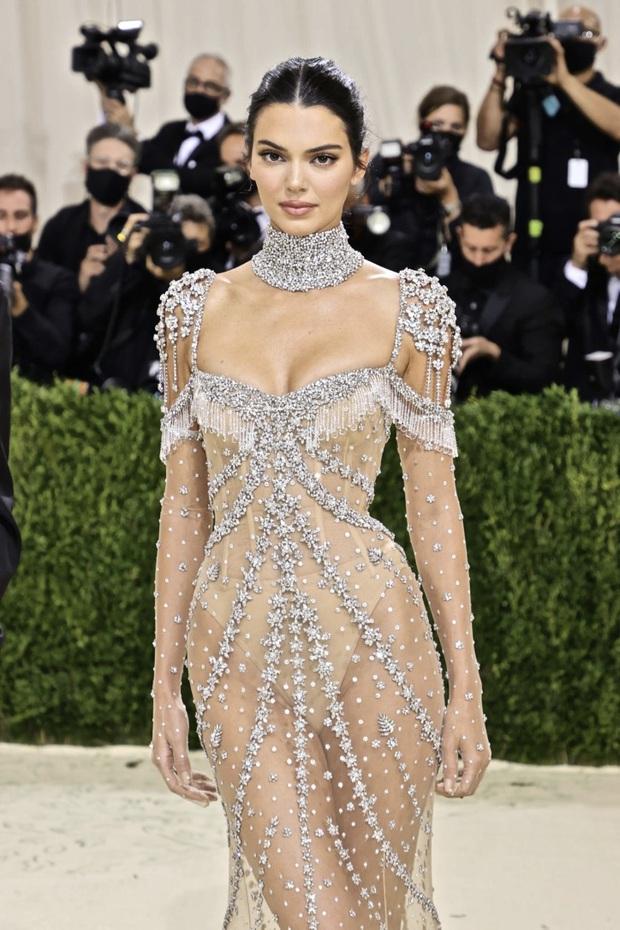 Chị em Kardashian chặt chém Met Gala: Nữ thần Kendall Jenner đẹp nghẹt thở, kéo sang Kim mà phải thốt lên Ối trời ơi! - Ảnh 2.