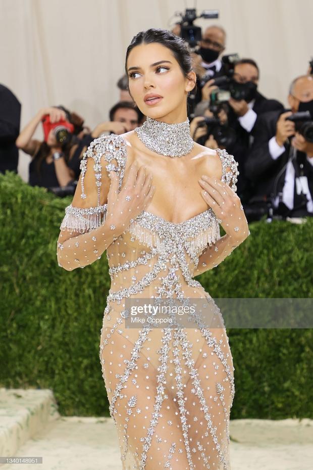 Chị em Kardashian chặt chém Met Gala: Nữ thần Kendall Jenner đẹp nghẹt thở, kéo sang Kim mà phải thốt lên Ối trời ơi! - Ảnh 3.