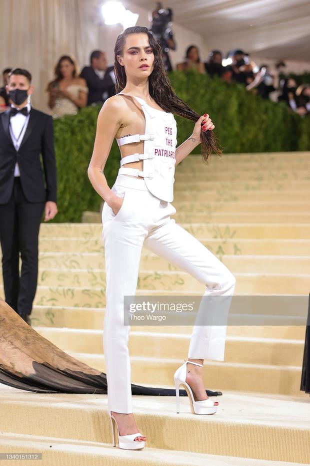 Met Gala 2021: Rosé được chính GĐ sáng tạo Saint Laurent hộ tống đi thảm đỏ, CL mặc gì thế này? - Ảnh 5.