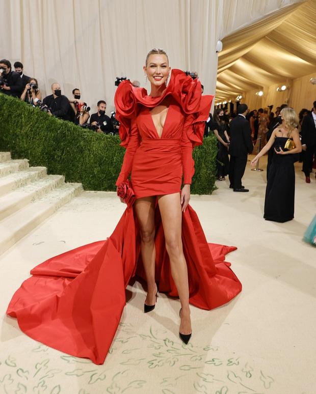 Met Gala 2021: Rosé được chính GĐ sáng tạo Saint Laurent hộ tống đi thảm đỏ, Rihanna và người yêu rủ nhau quấn chăn, CL mặc gì thế này? - Ảnh 30.