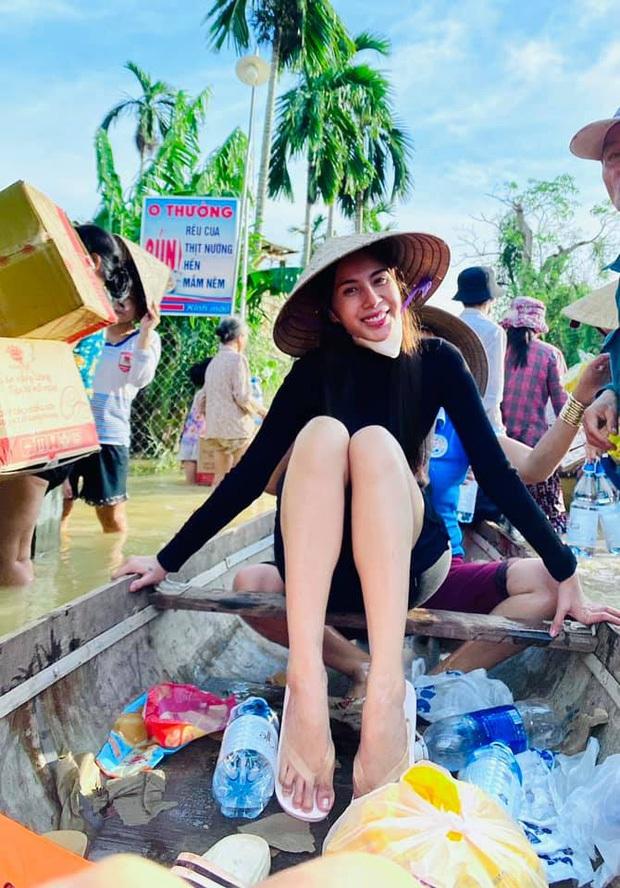 Netizen tranh cãi hình ảnh Thuỷ Tiên tặng thuyền máy cứu trợ miền Trung nhưng chỉ ghi tên 2 vợ chồng, phía chính chủ nói gì? - Ảnh 10.