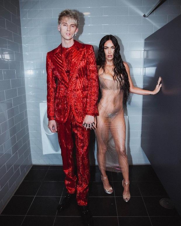 2 sự kiện và 2 chiếc váy hở loa đài: Đầm xuyên thấu của Megan Fox ở VMAs có bốc lửa như thiết kế lộ nội y ở Met Gala? - Ảnh 4.
