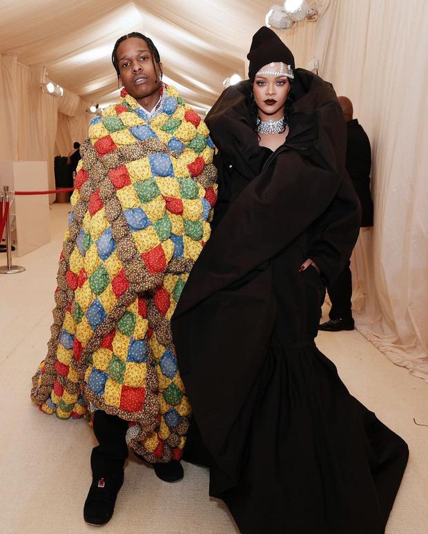 Met Gala 2021: Rosé được chính GĐ sáng tạo Saint Laurent hộ tống đi thảm đỏ, Rihanna và người yêu rủ nhau quấn chăn, CL mặc gì thế này? - Ảnh 6.